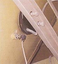 Рис. 2 Узел крепления индуктора к внешней поверхности очищаемого бункера